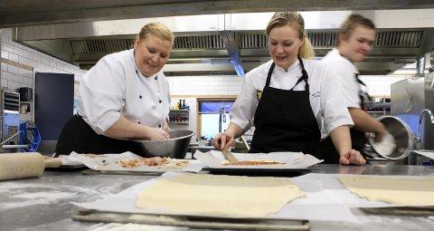 1: Tove Lise Thorvaldsen Hansen og Lene Ulvang har sammen med kjøkkensjef Karl Inge Andersen (ikke til stede da bildet ble tatt) vært ansatt på kjøkkenet ved Drevjamoen leir siden 2013 – da forlot de Fru Haugans Hotel til fordel for Forsvaret. – Her er lite helgejobbing, det er bare på store øvelser vi er her hele tiden. Da blir det lange dager.  2: Tid for varm lunsj, salater, og eplekake til kaffen.  3: Nøtteblanding, korn og rosiner til tjeneste.  4: Frukt og grønnsaker er en viktig del av kostholdet.  5. – Topp tre i Norge av forsvarets kantiner, mener Kristin Thorsteinsen og Kai Hamberg som er på HMS-kurs. 6: Lasse Håheim Larsen er lærling som restaurantkokk.  7: Befalsforlegninga ble bygd i 1905 og siden flyttet til Drevjamoen. Her kan du visstnok høre skrittene til sersjant Schultz nattetid.  8: Ukens meny byr på karbonader, bacalao, svinekoteletter, panert fisk og spagetti bolognese til middag.