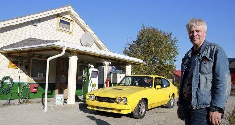 1: Knut Jacobsen har laget sin egen BP-bensinstasjon på Nyland i Holandsvika i Vefsn. Pumpene er fra 1958 og 1967.  2: Garasjen bærer preg av at Knut er Ford-entusiast. Disse Ford-plakatene er hentet fra en mimrekalender.  3:  4: Velkommen til Fordland.  5:  6: Gamle skilt og annet stæsj pryder bensinstasjonen.  7:  8: