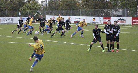 ÅPNET STERKT: Sandnessjøen kjørte over Grand i starten av kampen og ledet 2-0. Bildet er fra en tidligere kamp mellom lagene, og det er Martin Dimov som tar frispark. Foto: Jarl G. Sandholm