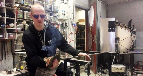 Julian Finne (23) fra Mosjøen er utdannet glassblåser og jobber på Blåst Nordens Paris i Tromsø. Her tryller han fram en julenisse.