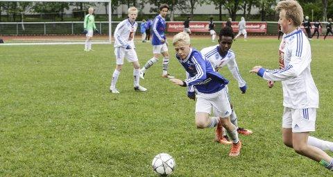 AKTIVITET: Mosjøen IL Fotball arrangerer Kippermocupen og har mange lag i seriespill. Pengene fra Grasrotandelen fordeles på undergruppene i laget, og på klubbhuset.  Foto: Per Vikan