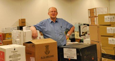 POLJSEF: Kjell Jensen midt mellom pallene på lageret på vinmonopolet i Alta.