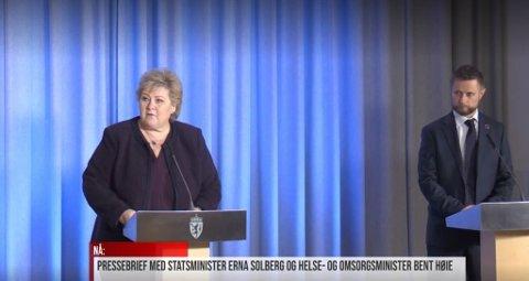 PRESSEKONFERANSE: Statsminister Erna Solberg og helseminister Bent Høie på pressekonferansen tirsdag ettermiddag.