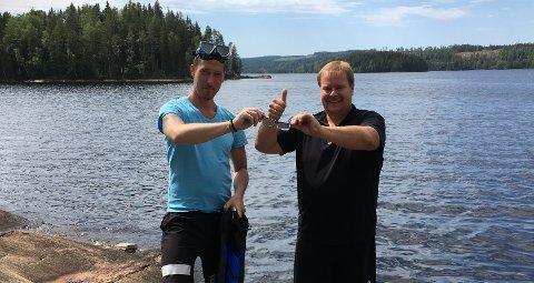 TAKKNEMLIG: Kenneth Øwre (t.v.) ble den reddende engelen da brillene til Geir Fagermoen tok seg en svømmetur i Setten.