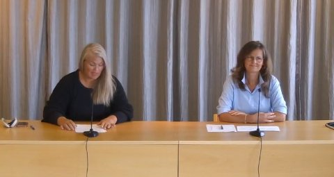 PRESSEKONFERANSE: Torsdag 13. august ble det avholdt pressekonferanse fra rådhuset. (F.v.) Kommuneoverlege Kirsten Toft og kommunalsjef for oppvekst og kultur Connie Pettersen.