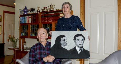 KUNSTFAMILIE: Kjell og Gunda viser fram et bilde deres barnebarn Ragnhild Camilla har laget av sine besteforeldre som unge.