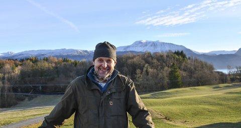 INVITERER: Knut Johan Nerhus er mannen bak Mytologifestivalen, som han arrangerer i sin eigen naturpark på Hatlestrand. Arkivfoto