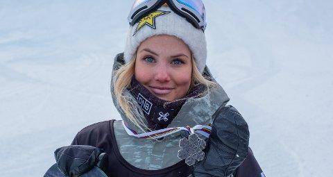 GLAD: Silje Norendal med VM-sølvet som hun sikret seg etter at finalen ble avlyst og kvalifiseringsresultatene ble tellende i Park City. (FOTO: SNOWBOARDFORBUNDET)