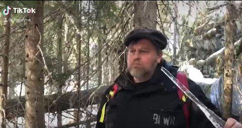 SETT AV MANGE: Videoen av Lars Bryne som spiser en istapp har fått 1.2 millioner visninger.