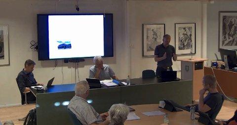 REDEGJORDE: Kommunalsjef Jens Sveaass (stående) redegjorde for det kompliserte utredningsarbeidet for kloakkanlegg og andre kommunale funksjoner i Sellikdalen.