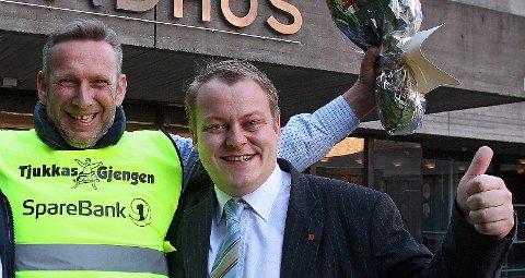 Opp og Fram: I 2012 ga varaordfører Erlend Wiborg (t.h.) Jan Ellefsen og Tjukkasgjengen penger til refleksvester fra Moss kommune. Nå har Wiborg fått gjengen inn på statsbudsjettet.