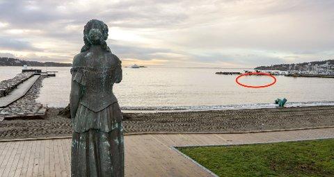 Kunstverket er tenkt plassert i området ved den røde sirkelen. Etter at Kystverket og Moss Havn ba om en ny vurdering av belysningen av skulpturen, trekker initiativtakerne belysning fra søknaden.