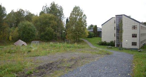 Aktivitetspark: Det er på dette området ved bydelshuset på Sæter, der Rødstua barnehage tidligere lå, den nye aktivitetsparken skal bygges.  Foto: Nina Schyberg Olsen