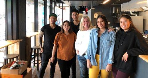 SATSER: Denne gjengen står bak det nye sushitilbudet på Bryn senter. Fra venstre: J.R Trinidad, Pamela Mallori, Kittichai Lamakul, Anne Lene Romano, Julie Romano og Sarah Romano.