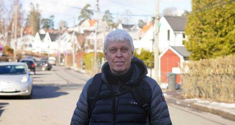 – Hvis et barn hadde løpt ut mellom de parkerte bilene, hadde ikke bilen hatt kjangs til å stoppe, sier Erik Moxnes.