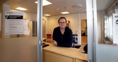Henning Inge Engen er i dag den eneste som har arbeidssted på Skjervøy lensmannskontor. 1. april blir stillingen hans flyttet til hovedkontoret på Storslett. Foto: Ola Solvang