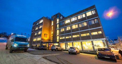 FLYTTEFOT: I nesten 50 år har Nordlys holdt til i Rådhusgata 3. På midten av 2000-tallet hadde Nordlys midlertidige lokaler i Fredrik Langnes gate. Nå blir det permanent flytting.