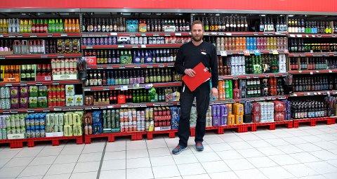 BREDT UTVALG: Butikksjef Rune Disserud fikk suksess da han doblet antall øltyper i butikkhyllene på Extra Kallerud.