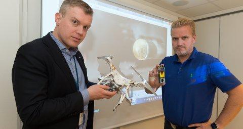 Droneprosjektil: Kommunikasjonsdirektør Endre Lunde (t.v.) og produktsjef Helge Stadheim i Nammo med nedskutt drone og egenutviklet ammunisjon mot droner. Arkivbilde
