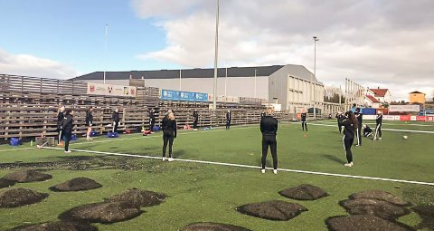 GOD AVSTAND: Spillerne på samarbeidslaget Vind/Gjøvik-Lyn har startet organisert trening på Vind stadion.