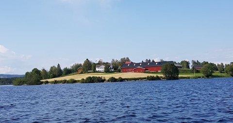 OVERDRATT: Denne gården på Eina, liggende ved Einafjorden, ble overdratt for 8,3 millioner kroner i februar og ble en av kommunens dyreste overdragelser.