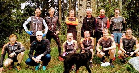 TEAM RAGDE EIENDOM: Marte Mæhlum Johansen og Marit Bjørgen (begge i midten foran) sammen med både løpere og ansatte i Ragde Eiendom etter en fellestrening tidligere i mai.
