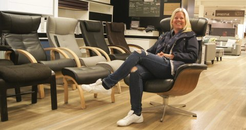 1 stol på carina: «Bare en stol»-kampanjen til Carine Juliussen har gitt over 200 000 kr så langt. Stolen hun sitter I er lik den Bohus har gitt. FOTO: ROLF-OTTO ERIKSEN  2 veslingen: Thea veide 1214 gram da hun ble født. Mye kos og kjærlig oppfølging har gjort henne sterk og fin. FOTO: PRIVAT  3 Superpappa: – Alexander er rett og slett superpappa og en uvurderlig støtte, sier Carina om samboeren. Her med Thea i lenestolen på sykehuset.FOTO: PRIVAT  4 Søta: Thea er i kjempeslag om dagen. Hun fylte tross alt 1 år tirsdag denne uka. FOTO: PRIVAT
