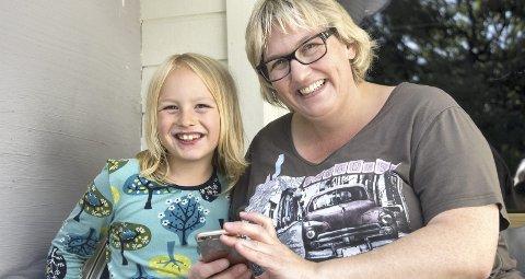 1 Gode venner: Mamma Heike Simensen roser både barnehagen og Hebekk skole for den store forståelsen. Det handler om å finne ut av ting.
