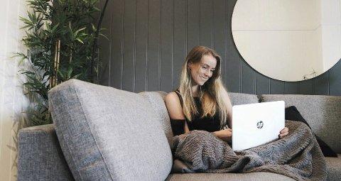 JOBBER HJEMMEFRA: - Jeg setter stor pris på den friheten jeg har til å kunne jobbe når som helst og hvor som helst, sier Carina Gramstad (24) fra Elverum. Hun er sjølstendig distributør for Nu Skin i tillegg til studiene. Alle foto: Privat