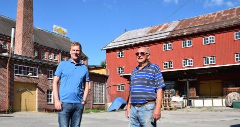FLYTTER INN: Torgeir Lie (til venstre) er daglig leder i Løiten Lys og ønsker Rolv Olsen og loppegjengen velkommen som nabo og samarbeidspartner.