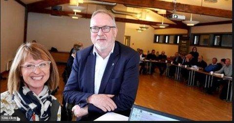 ANBUD: Konstituert prosjektdirektør i Nye Veier Sørøst, Solfrid Førland, og Per Kristian Lunden som er ordfører i Risør kommune og styreleder for det interkommunale plansamarbeidet E18 Dørdal-Grimstad.