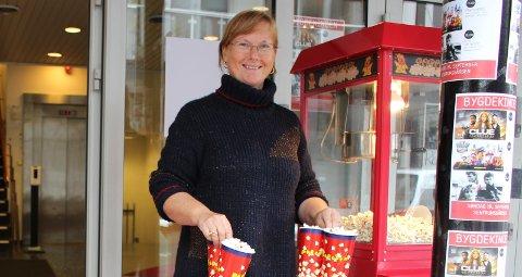 POPCORN: Anna-Karin Hopen i Langesund Bygdekino har popcorn-maskina klar søndag når det er ny kinodag i Sentrumsgården.