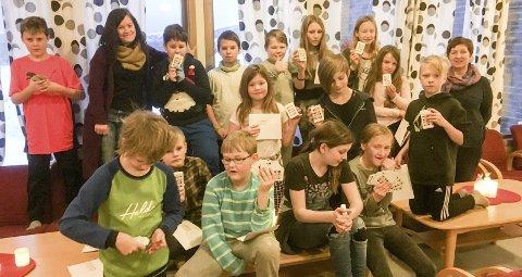 Bridge: Elevene i 4. til 7.klasse ved Dalsgrenda Montessoriskole, flankert av lærer Ida Hansen og leder av rekrutteringsprosjektet Elisabeth Solum (t.h.) har fått hver sine lynbridgekortstokker. Foto: Privat
