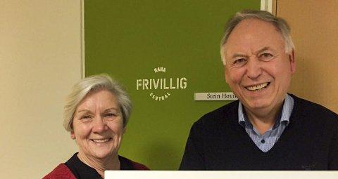 Styreleder i Frivilligsentralen Mary Ann Dahl står her sammen Asgeir Krutå, som stakk av med frivilligprisen i fjor. I år er det syv kandidater, men hvem som blir ny prisvinner i år gjenstår å se.