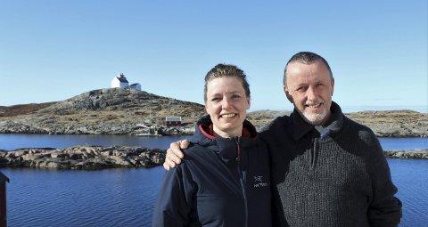1 Spennende dager: Lill-Harriet og Roald Jonassen er vertskap på Myken fyr, men i en uke har de ikke hatt tilgang til sitt spektakulære overnattingssted da et stort team av håndverkere fra TV3-serien «Eventyrlig oppussing» regjerte på Jutøya og fyret. 2 Programlederne og interiørekspertene har hatt eventyrlige dager i Myken den siste uken. Foto: TV3 3 Fyret er hundre år i år, og Kystverket har de siste årene gjort en betydelig oppussingsjobb utvendig. Nå får også fyret en betydelig oppgradering innvendig – takket være Lill-Harriet og Roald pluss et team fra TV3. Foto: Kenneth Didriksen