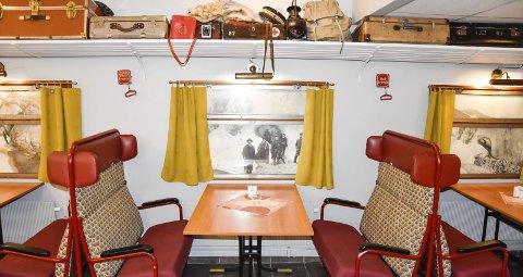 1 Spisevogna: I frokostsalen kan du sitte i gamle togmøbler. 2 Innimellom kommer turister innom som har hørt om og som vil ta bilder av togtemaet, forteller hotellsjef Kenneth Ressem. 3 Togmaleri, toguniform og NSB-rødt på tur ned til spisesalen. 4 Ole Tobias Olsens gamle verktøykiste. 5 Fotografiet viser et parti fra en skjæring i Vikaåsen. 6 Portrett av Ole Tobias Olsen. 7 Flere av maleriene er spesialbestilt. 8 Spisevogna er et klenodium for toginteresserte.