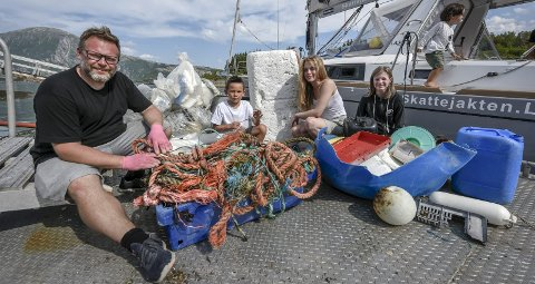 Gode hjelpere: Rolf-Ørjan Høgset får god hjelp av barna Julian Alexander, Rikke og Tirill til å samle søppel fra havet.