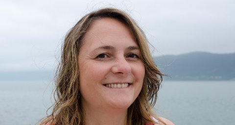 Majken Bjørkan forteller om forskningsprosjektet der de skal finne ut hva som skjer med kystreka. Marthe Stoksvik