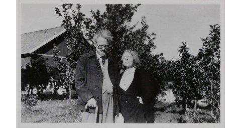 PASSASJER: Lev Trotsky og kona Natalia Sedova utenfor Sundby på Storsand i Hurum 1936. Samme år tok paret seg en tur med «H.C» på Møsvann.  ( FOTO: NTB/SCANPI