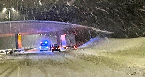 KJØRTE UT: Dette vogntoget havnet i autovernet på E6 ved Mogreina.