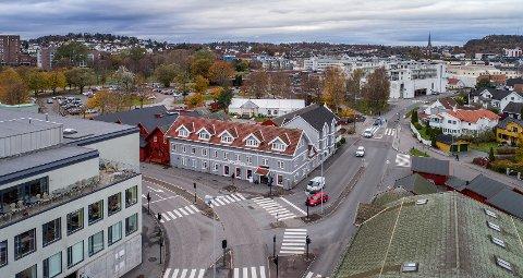 SENTRALT: Museumsgata 4 (midt i bildet), med Sandefjord Rørhandel i første etasje, legges ut for salg med en prislapp på 14,8 millioner kroner.