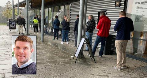 ETTERLENGTET: Det var åpenbart mange som savnet frisøren. Slik så det ut utenfor Haircuts på Pindsle klokka 07.55 mandag morgen, fem minutter før åpningstid.