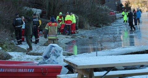 GJENNOM ISEN: Det ble dramatisk på Lutsivannet da en person gikk gjennom isen. Han skal være fløyet til Haukeland Universitetssykehus.