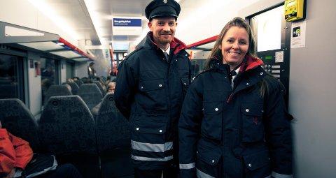 Overkonduktør Eli Ostrø og aspirant Thorbjørn Thon-Haugen i NSB er glade for at så mange ønsker at NSB skal vinne de neste anbudene på jernbanen.