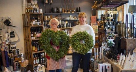 SNART JUL: Martha Mosbæk og Kari Christensen er i gang med å lage kranser til jul.