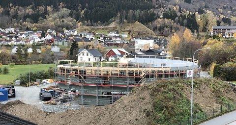VEKS FRAM: Den nye sirkelrunde barnehagen i Fosshagen veks fram. Han blir klar til bruk hausten 2020.