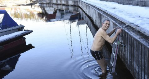 1 FRISKUS: Hver dag i et helt år har Roar Kråkenes tatt på seg badebuksa og hoppet uti. Om få dager er prosjektet gjennomført.