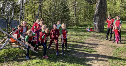 KLARE: De yngste løperne til  Notodden orienteringslag trente på sprint-orientering mandag. Nå gleder de seg til løp i hjembyen lørdag. (Foto: Rune Mork)