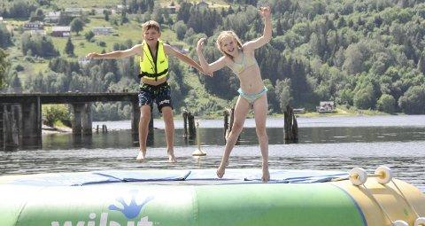 Kjempe gøy: Even Bakken Bangsund og Tiril Skjærstad Mælandsmo har det kjempe gøy på bystranda, her kan de hoppe på trampoline, balansere på brett og klatre på ufoen. I tillegg er det både brygge og strand, de mener bystranda har litt av alt.