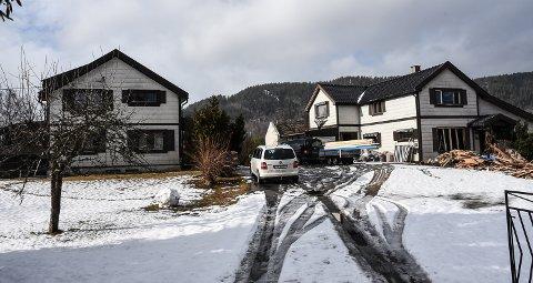 SOLGT: Grossvollveien 43 og 41 i Notodden ble solgt i februar. Restaureringsarbeid pågår.